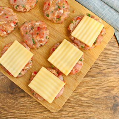 Cheese-Stuffed Turkey Burgers recipe - step 3