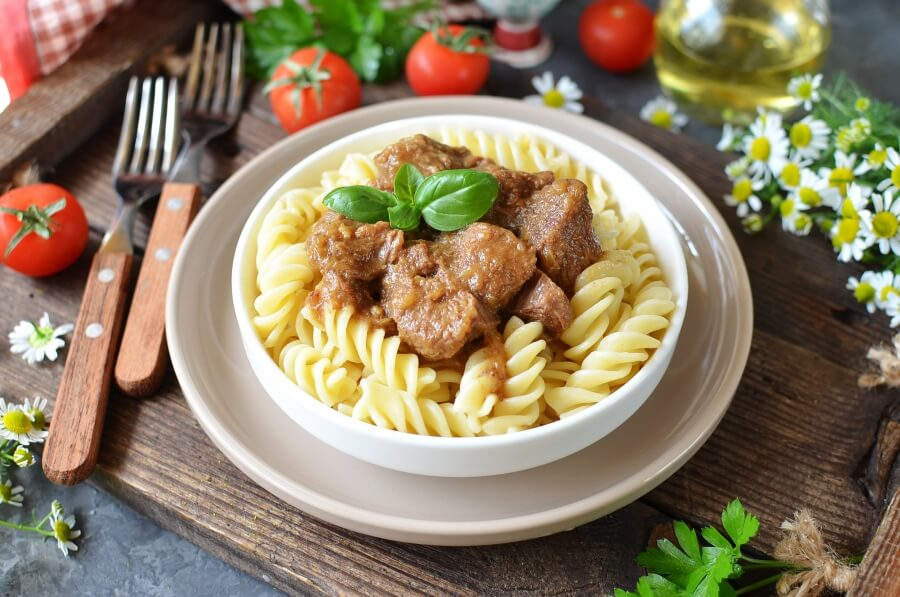 How to serve Egyptian Lahma Bil Basal (Beef in Rich Onion Sauce)