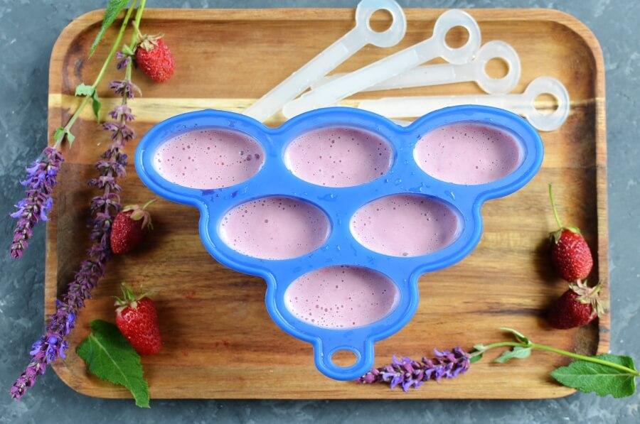 Vegan Coconut Milk Strawberry-Banana Pops recipe - step 3