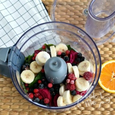 Berry and Beet Green Smoothie recipe - step 1