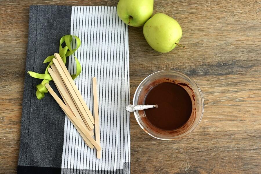 S'mores Apples Pops recipe - step 1