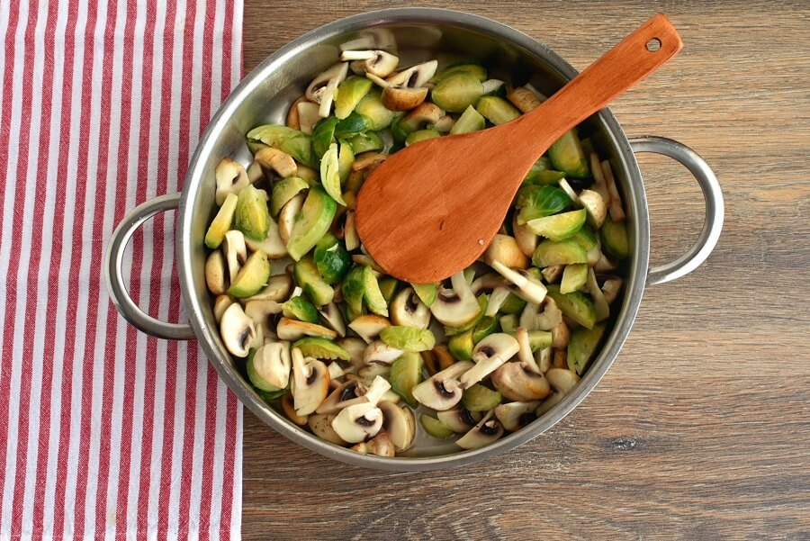 Creamy Fettuccine with Brussels Sprouts and Mushrooms recipe - step 2