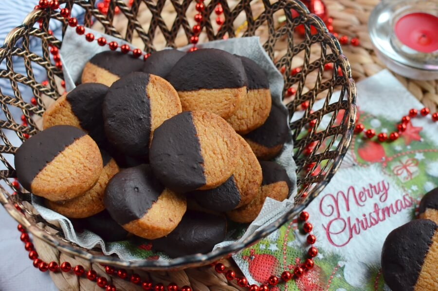 How to serve German Christmas Cardamom Cookies (Kardamon Plaetzchen)