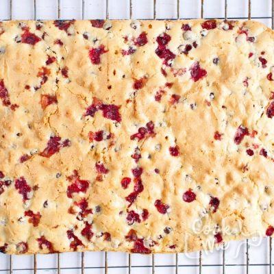How to serve Cranberry Christmas Cake
