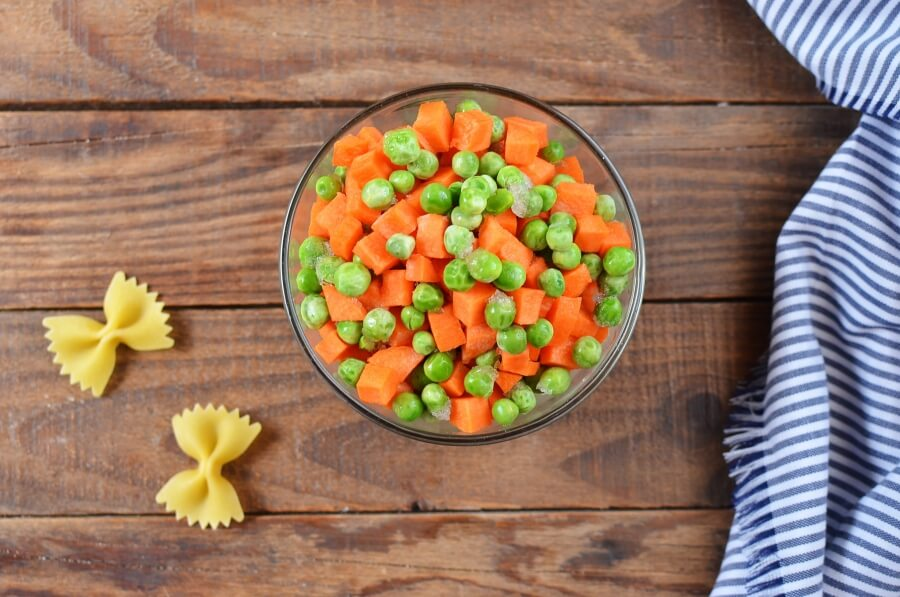 White Cheddar Farfalle with Peas & Carrots recipe - step 1