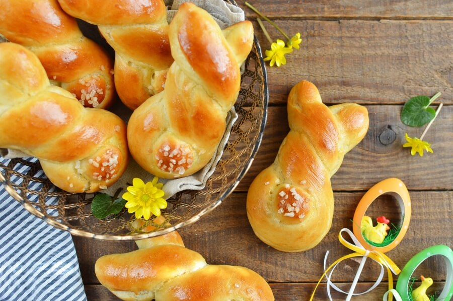 How to serve Easter Bunny Rolls