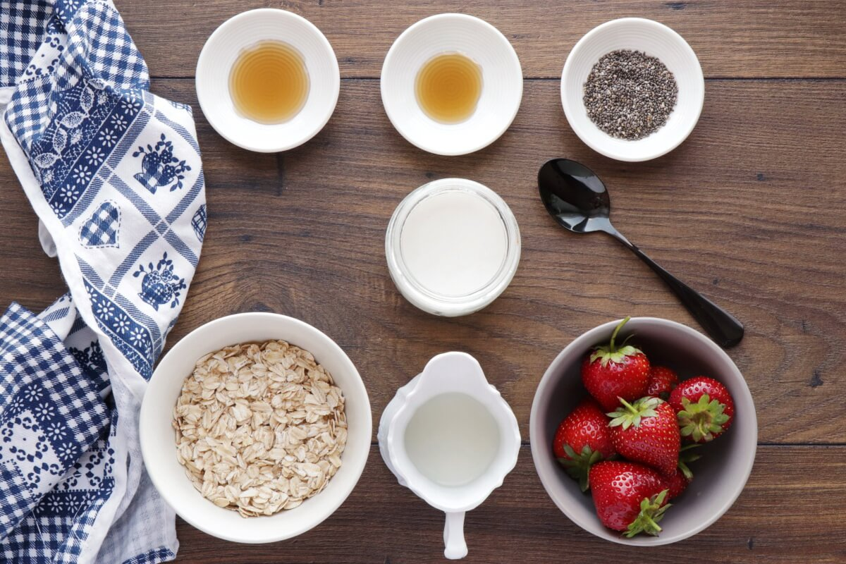 Ingridiens for Strawberry Chia Overnight Oats