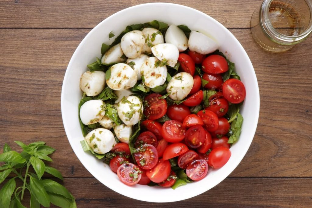 Tomato Mozzarella Salad with Lettuce recipe - step 3