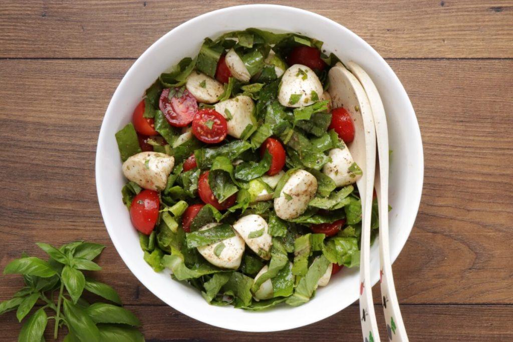 Tomato Mozzarella Salad with Lettuce recipe - step 4