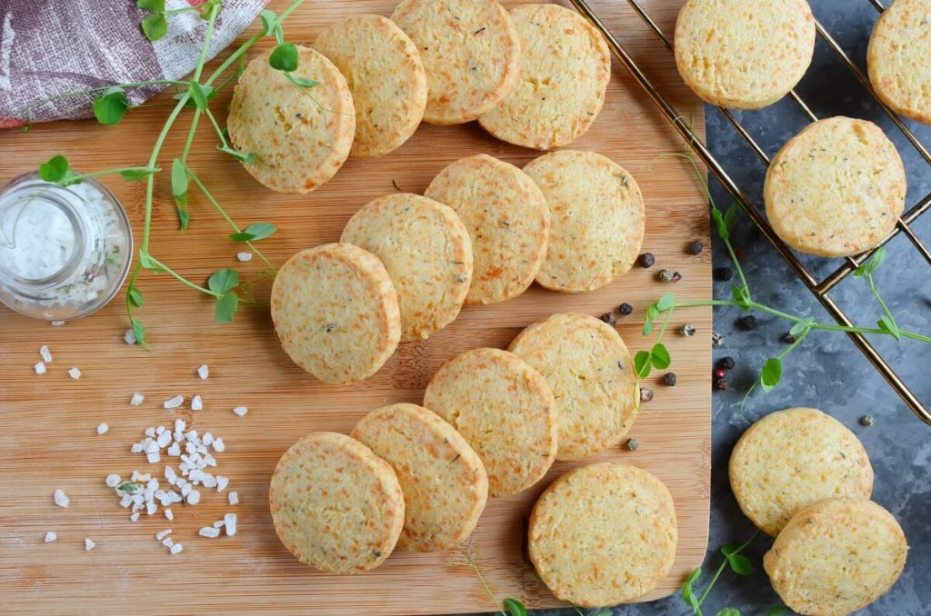 How to serve Thyme and Cheddar Cheese Cookies