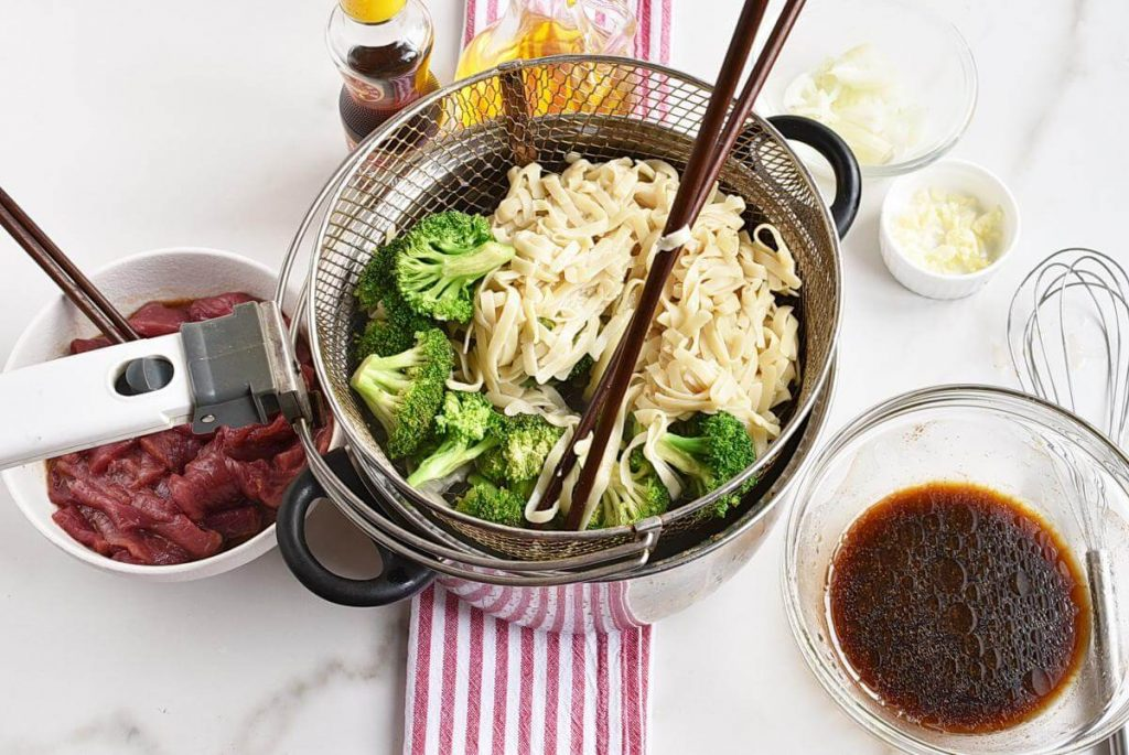 Long-Life Chinese Noodles with Beef & Broccoli recipe - step 3