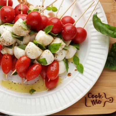 Caprese Skewers Recipe-Tomato Basil Mozzarella Appetizers-Caprese Kabob