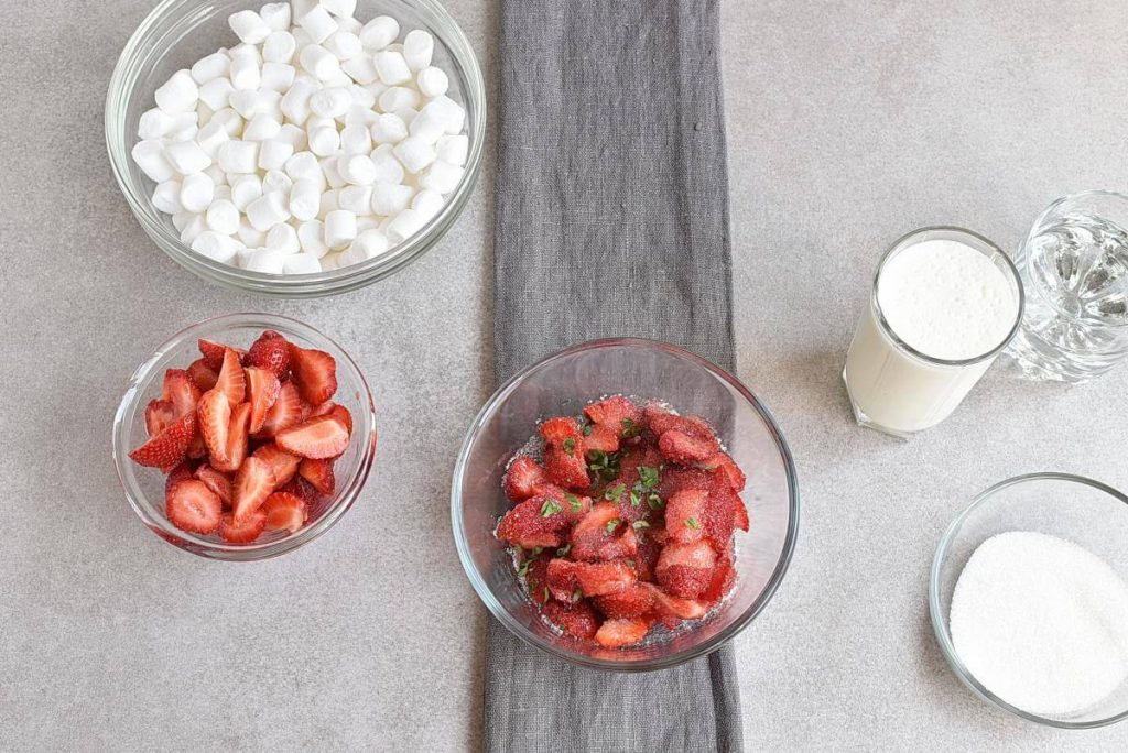 Marshmallow Strawberry Mousse recipe - step 1