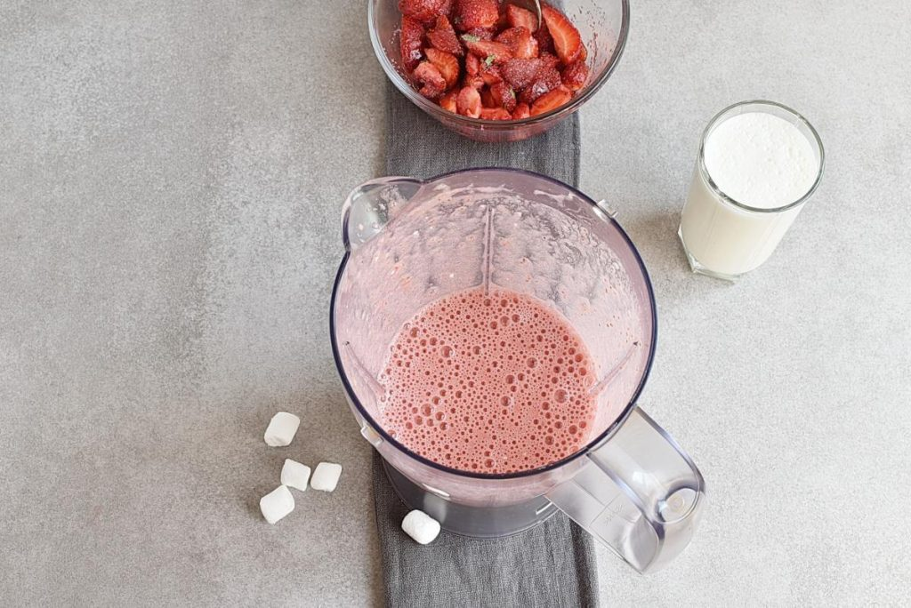 Marshmallow Strawberry Mousse recipe - step 4