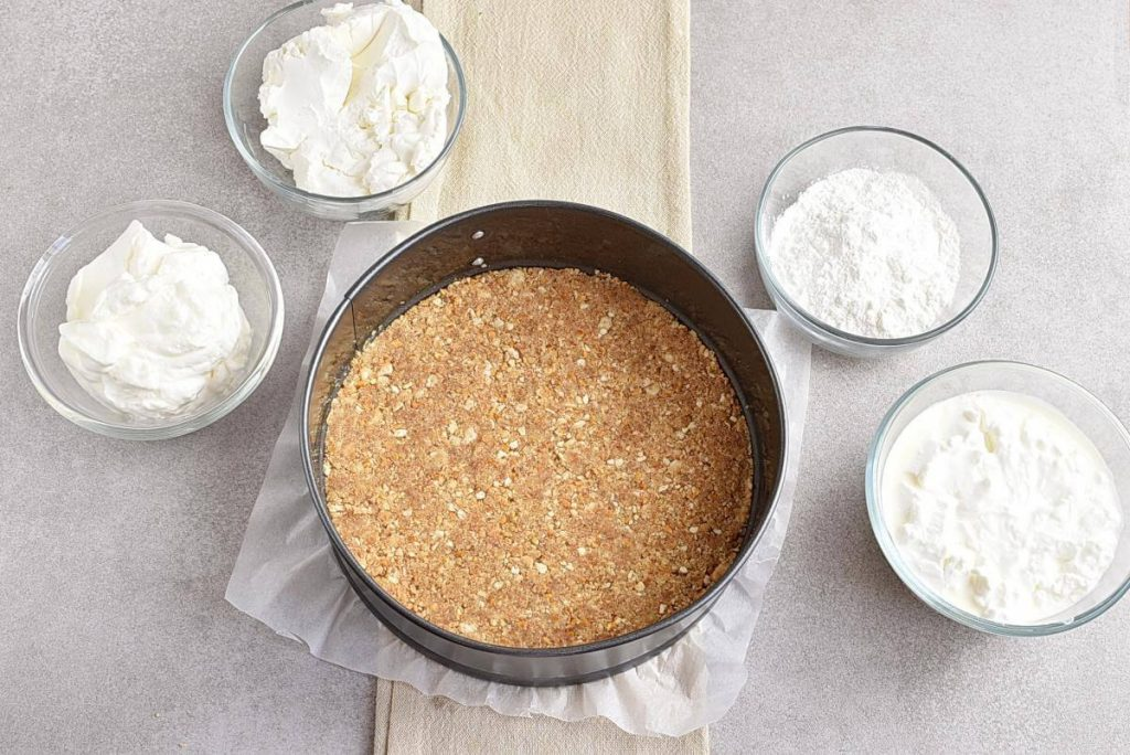 No-Bake Frozen Strawberry Yogurt Pie recipe - step 4
