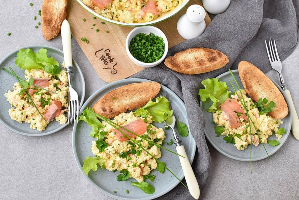How to serve Scrambled Eggs with Smoked Salmon