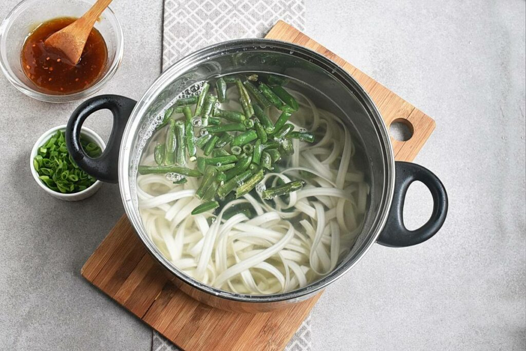 Noodles with Turkey, Green Beans and Hoisin recipe - step 2