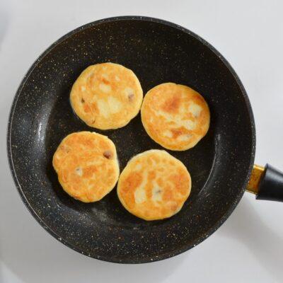 Syrniki: Ukrainian Cheese Pancakes recipe - step 4